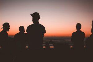 Giovani al tramonto
